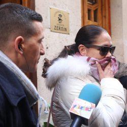 Isabel Pantoja se refugia de la prensa a la salida de un restaurante