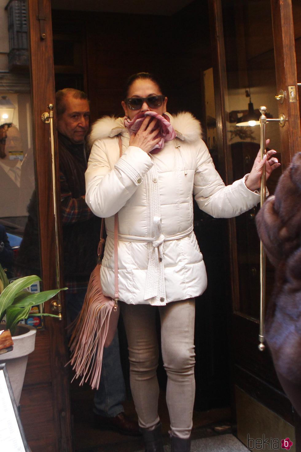 Isabel Pantoja se tapa la boca a la salida de un restaurante