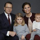 Retrato familiar de Victoria y Daniel de Suecia con sus hijos Estela y Oscar