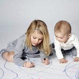 Estela de Suecia pinta mientras su hermano Oscar de Suecia la mira