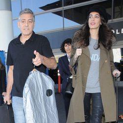 George Clooney y Amal Alamuddin en el aeropuerto de Los Angeles destino a Barcelona