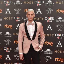 Eduardo Casanova en la alfombra roja de los Premios Goya 2017