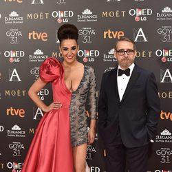Cristina Rodríguez con un acompañante en la alfombra roja de los Premios Goya 2017