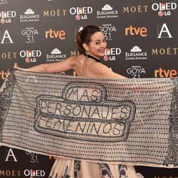 Cuca Escribano enseñando un original pañuelo en la alfombra roja de los Premios Goya 2017