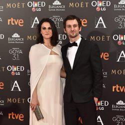 Raúl Arévalo y su pareja Melina Matthews en la alfombra roja de los Premios Goya 2017