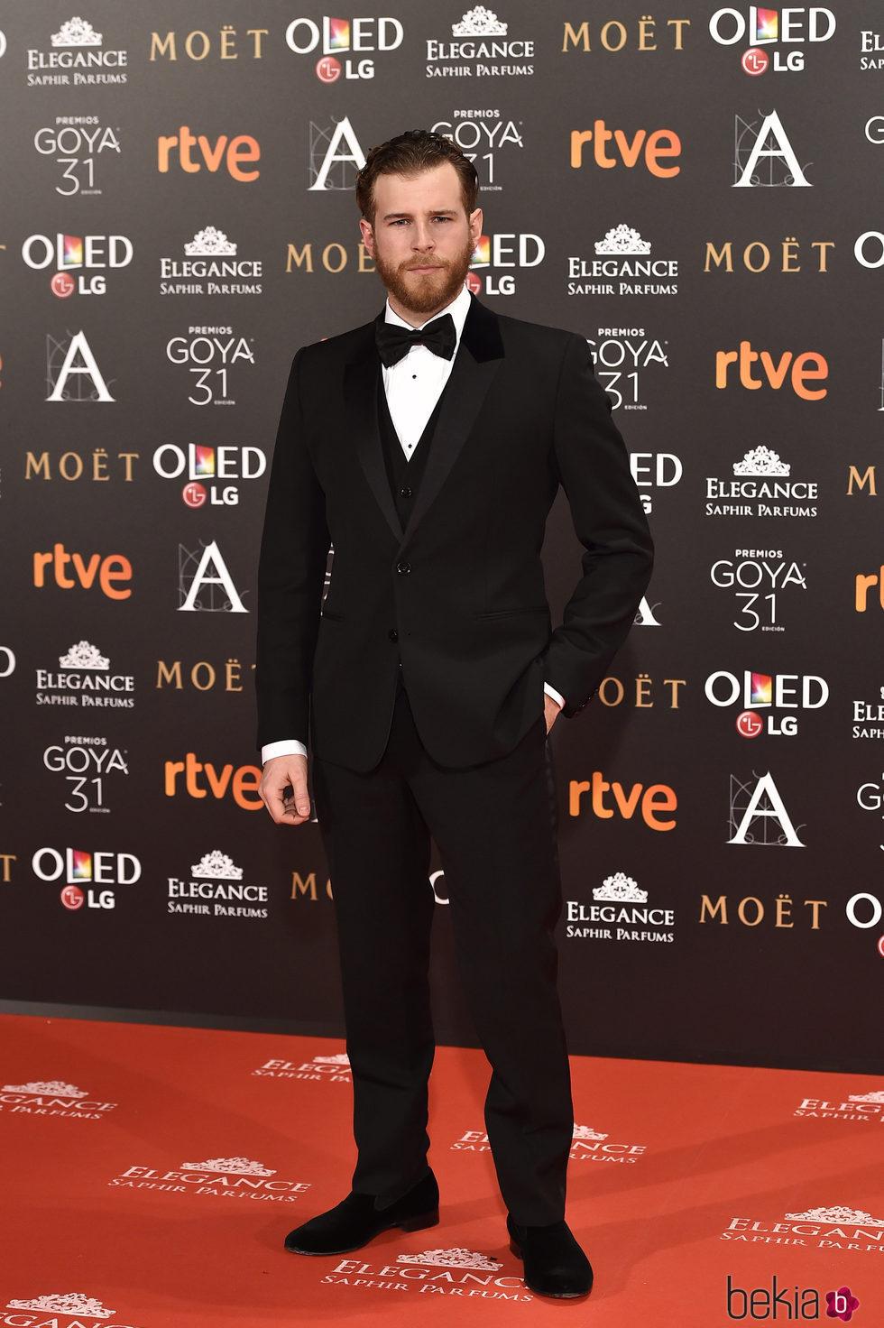 Álvaro Cervantes en la alfombra roja de los Premios Goya 2017