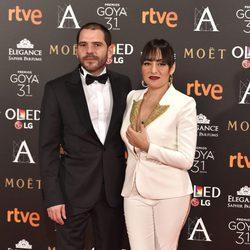 Candela Peña y su pareja en la alfombra roja de los Premios Goya 2017