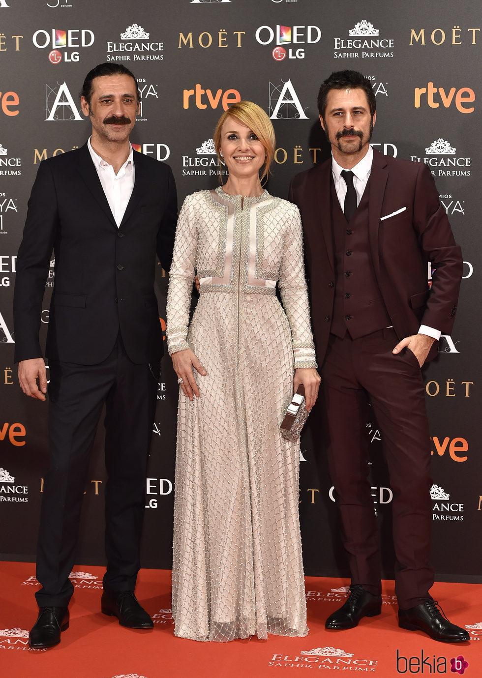 Nacho Fresneda, Cayetana Guillén Cuervo y Hugo Silva en la alfombra roja de los Premios Goya 2017