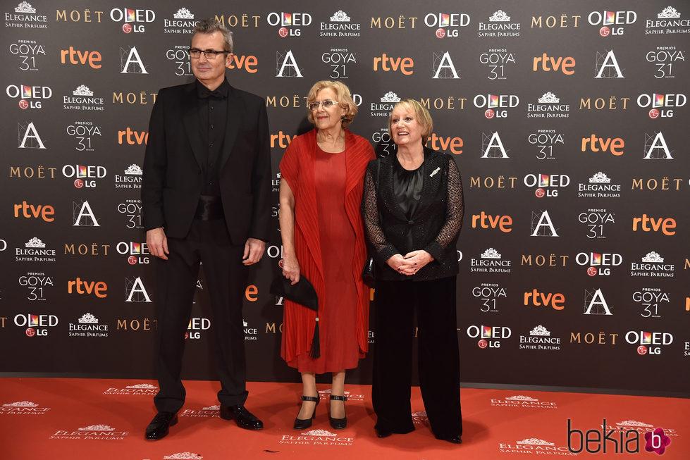 Manuela Carmena, Yvonne Blake y Mariano Barroso en la alfombra roja de los Premios Goya 2017