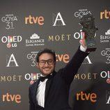 Carlos Santos posa con su premio Goya a Mejor Actor Revelación