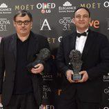 Pau Costa y Félix Berger posan con su premio Goya
