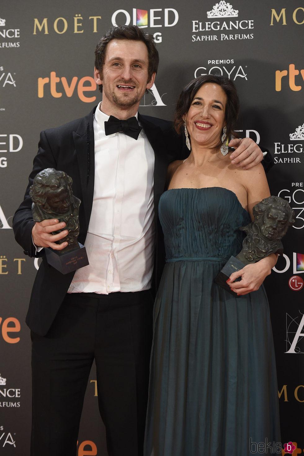 Raúl Arévalo y Beatriz Bodegas con su Goya a Mejor Película