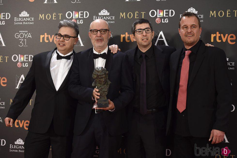 El director Juanjo Giménez posa con su equipo y su Goya