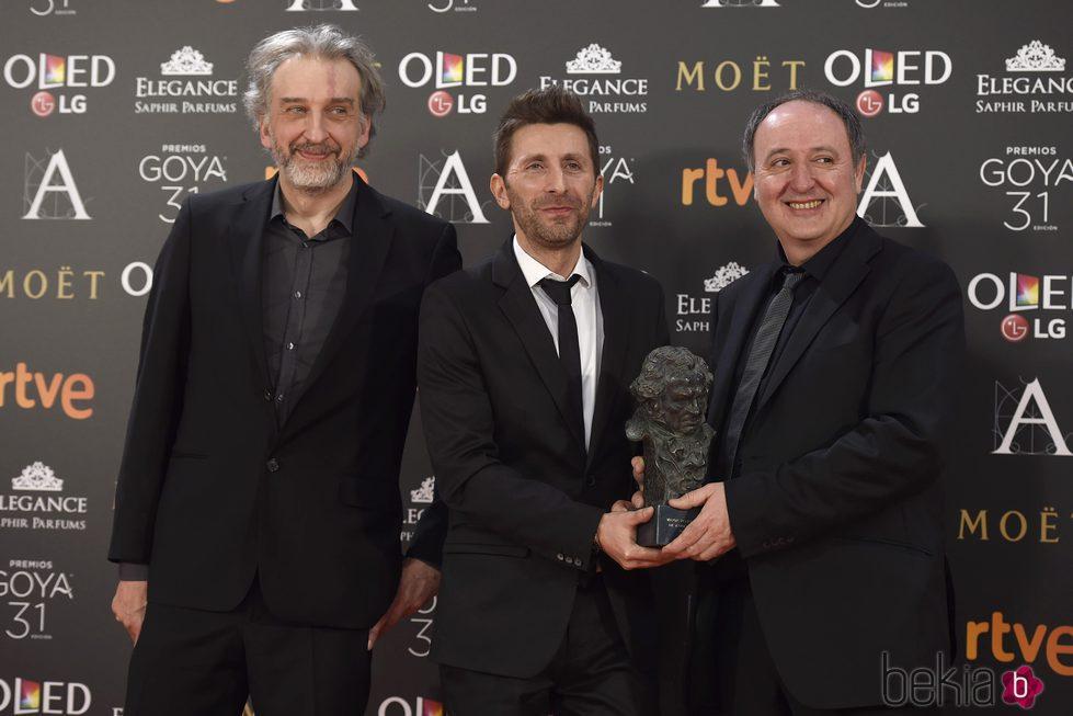 Los guionistas de 'Psiconautas, los niños olvidados' con su Goya