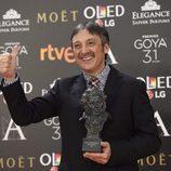 El director Vicente Córdoba posa con su Goya a Mejor Cortometraje documental