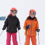 La Infanta Sofía y la Princesa Leonor esquiando en la estación de Astún