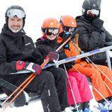 Los Reyes Felipe y Letizia esquiando con la Princesa Leonor y la Infanta Sofía