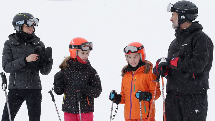 Los Reyes Felipe y Letizia, la Princesa Leonor y la Infanta Sofía a cara descubierta en la nieve