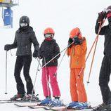 El Rey Felipe, la Reina Letizia y sus hijas Leonor y Sofía esquiando