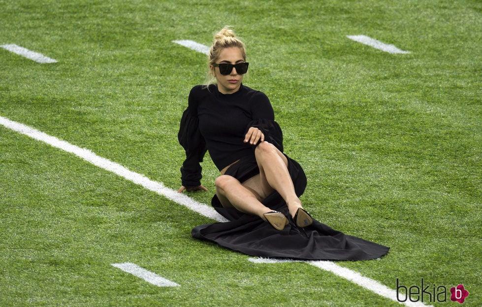 Lady Gaga enseñando su ropa interior antes de su actuación en la Super Bowl 2017