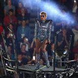 Lady Gaga a punto de saltar al vacío durante su actuación en la Super Bowl 2017