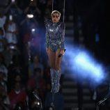 Lady Gaga sobrevolando el estadio durante su actuación en la Super Bowl 2017