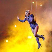 Lady Gaga cantando suspendida en el aire durante su actuación en la Super Bowl 2017