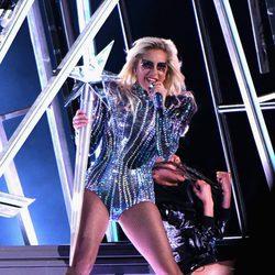Lady Gaga actuando en el intermedio de la Super Bowl 2017