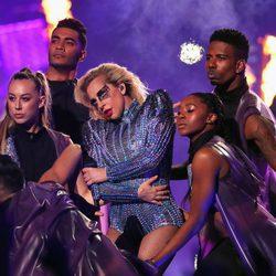 Lady Gaga rodeada de bailarines durante su actuación en la Super Bowl 2017
