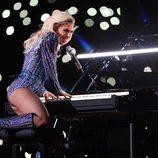 Lady Gaga tocando el piano durante su actuación en la Super Bowl 2017