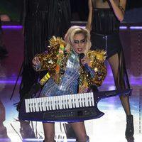Lady Gaga cantando y tocando el teclado durante su actuación en la Super Bowl 2017