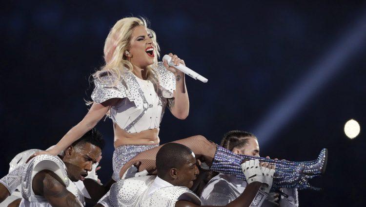Lady Gaga subida a hombros de sus bailarines en su actuación en la Super Bowl 2017