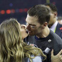 Gisele Bundchen besando a Tom Brady tras la victoria de los Patriots en la Super Bowl 2017