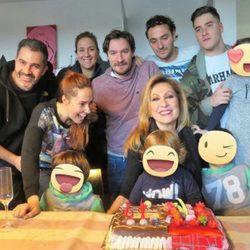 Rosa Benito con sus hijos y nietos en su 61 cumpleaños