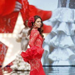 Laura Matamoros desfilando en el SIMOF 2017 con un vestido de flamenca rojo