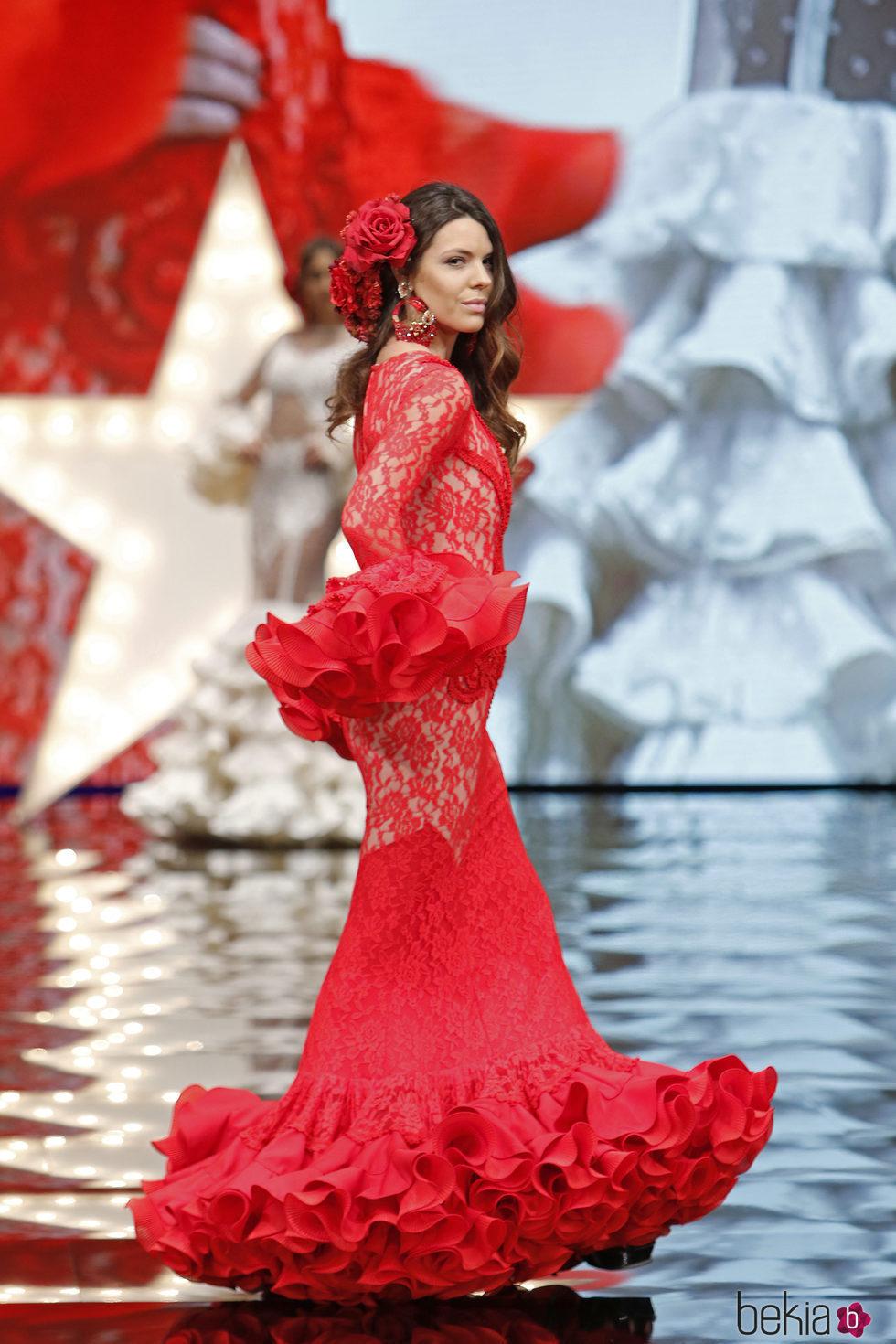 872f187e47504 Anterior Laura Matamoros desfilando en el SIMOF 2017 con un vestido de  flamenca rojo