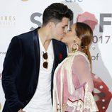 Gloria Camila y Kiko Jiménez besándose en el SIMOF 2017