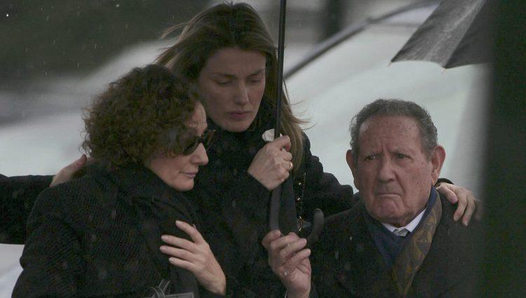 Paloma Rocasolano, la Reina Letizia y Francisco Rocasolano en el funeral de Erika Ortiz