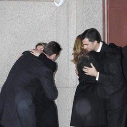 La Infanta Cristina e Iñaki Urdangarín abrazan a los Reyes Felipe y Letizia en el funeral de Erika Ortiz