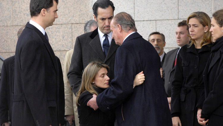 La Reina Letizia hace la reverencia al Rey Juan Carlos en el funeral de Erika Ortiz