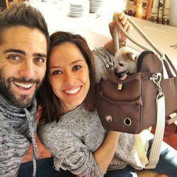 Roberto Leal junto a su mujer Sara Rubio y su perrita Pepa
