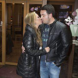 Belén Esteban y Miguel besándose en el cumpleaños de Kike Calleja
