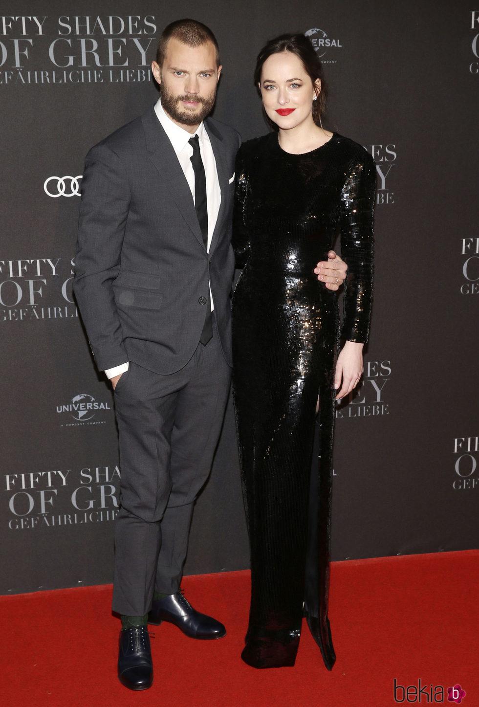 Dakota Johnson y Jamie Dornan en la premiere de 'Cincuenta Sombras Más Oscuras' en Hamburgo