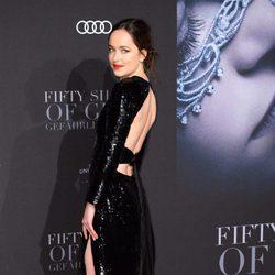 Dakota Johnson luciendo vestido en la premiere de 'Cincuenta Sombras Más Oscuras' en Hamburgo