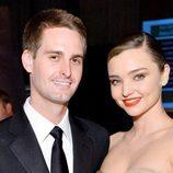 Miranda Kerr y su novio, el fundador de Snapchat, Evan Spiegel, en la gala Fifth Annual Baby2Baby de 2016