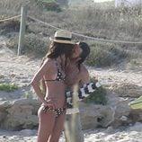 Pau Donés y Eugenia Silva besándose Formentera