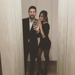 Leo Messi y Antonella Roccuzzo haciéndose un selfie frente al espejo
