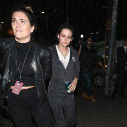 Kristen Stewart acudiendo al desfile 'Tommyland' para apoyar a su novia Stella Maxwell