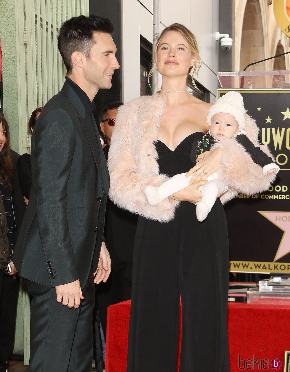 Adam Levine acompañado de su mujer y su hija el día que recibía una estrella en el Paseo de la Fama