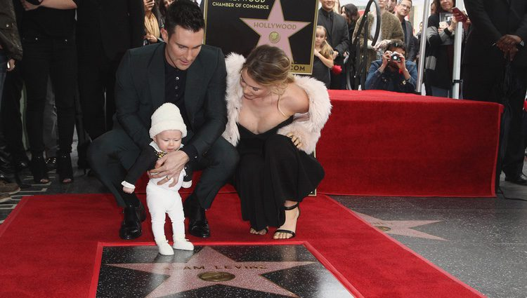 Adam Levine muy emocionado mostrando su estrella en el Paseo de la Fama